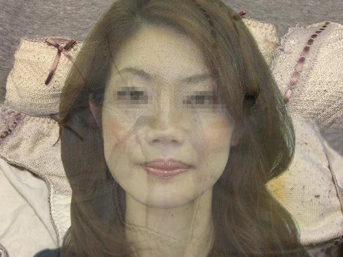 高級車を売る女性の顔出しパンティ画像